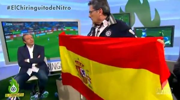 Miguel García con la bandera de España